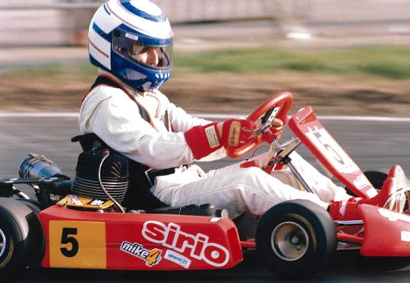 Alors qu'il venait d'obtenir son 4e titre de champion du Monde avant de se retirer de la F1 fin 1993, Alain Prost a participé au Challenge de l'Armistice afin de se préparer pour la 1ère édition du Elf Master de Paris-Bercy où nous avons assisté à son dernier duel avec Aytron Senna...