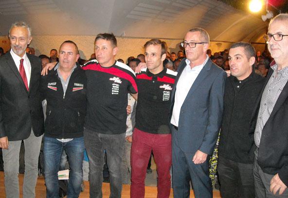 Johann Zarco avec les élus locaux, son manager Laurent Fellon et Gérard Cavalloni (gilet noir), porteur du projet karting.