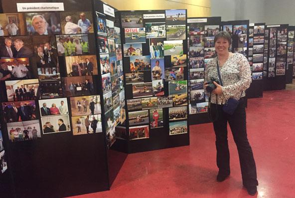 Claire Didier près de l'expo-photos, avec près de 1000 clichés retraçant l'histoire du club.