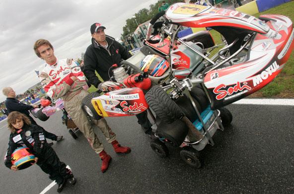 Au Mondial 2006, l'ASK Angerville avait lancé une belle initiative en proposant à des jeunes Mini-Karts d'accompagner sur la grille les meilleurs kartmen mondiaux. Ici Dorian Boccolacci avec Jean-Eric Vergne, futur pilote F1 !
