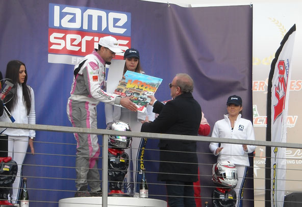 Yvon Amiel a lui-même remis ses dessins sur cadre lors des podiums, ici à Patrick Guidici, vainqueur en Gentleman (X30).