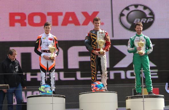 Andreas Hebert est à gauche sur le podium