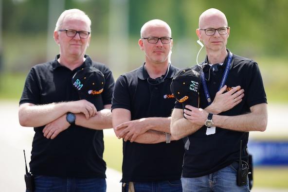"""L'équipe d'organisation durant l'interprétation de l'hymne national suédois """"a cappella""""."""