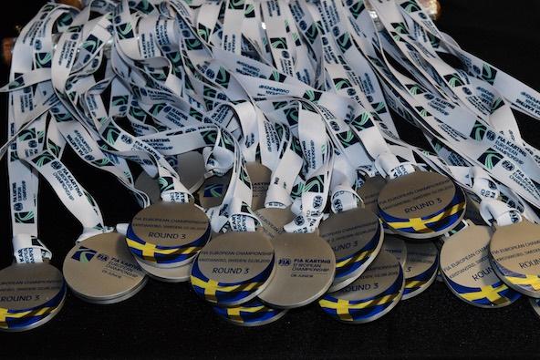 Une médaille pour chaque finaliste remise lors de la présentation des pilotes