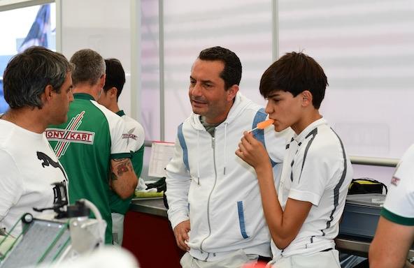 Marco Genis (mentor de Fernando Alonso) en discussion avec Montoya père et fils