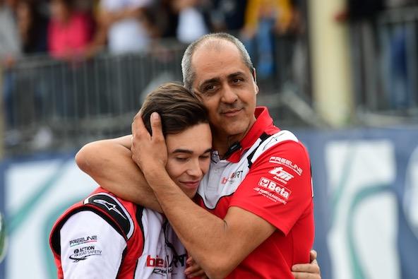 Avant la finale, moment d'intimité entre un futur Champion du Monde et son mécanicien.
