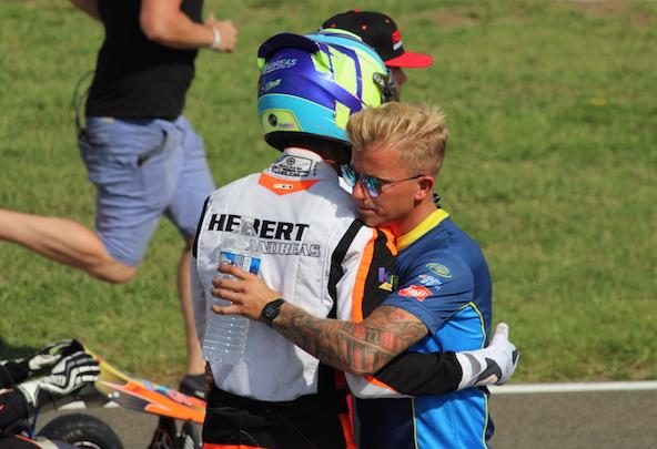 Complicité entre Andreas et son mécanicien, Sébastien Bailly, ancien pilote de haut niveau.