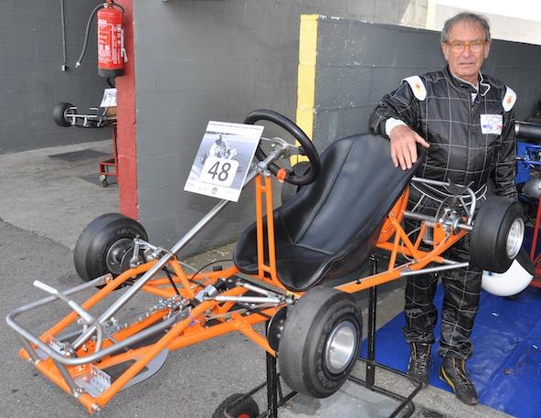 """Gilbert Guyader à Laval en 2016, avec le """"Dauphin"""", le kart construit par le pilote et team-manager André Grammatico, qu'il avait retrouvé et entièrement restauré."""