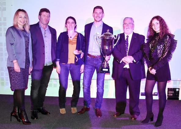 Kévin Estre, champion du Monde FIA Eudurance GT, entouré de Jean-Pierre Deschamps, président de l'ASK Rosny 93 (à sa gauche), de la Directrice des Sports du Conseil Départemental de la Seine-Saint-Denis Aurélie Gautier (à sa droite) et de membres de sa famille.