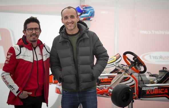 Robert Kubica dans le paddock d Adria avec un jeune polonais