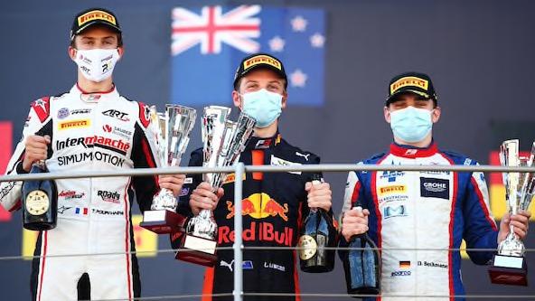 Un ultime podium lors de la dernière course, qui permet à Théo Pourchaire (à gauche) de devenir vice-Champion d'Europe de F3.