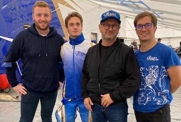 Tom Leuillet (ici en blouson Praga au Championnat du Monde 2020 à Lonato) avec Anthony Micoud (à g.), son papa Francis et son jumeau Gabin