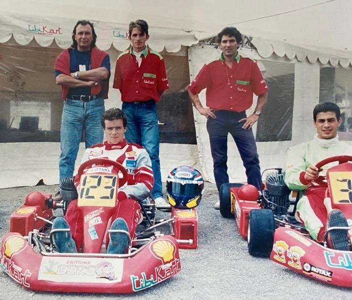 De g. à dr., Bernard Mattana, le mécanicien de Christian Julien (ici dans le kart n°123) et Jean-Pierre Cuoco, importateur TibiKart dans les années 90, avec Yannck Iglesias. Photo de Jacky Foulatier prise au Championnat du Monde à Cordoba (Argentine) en 1994