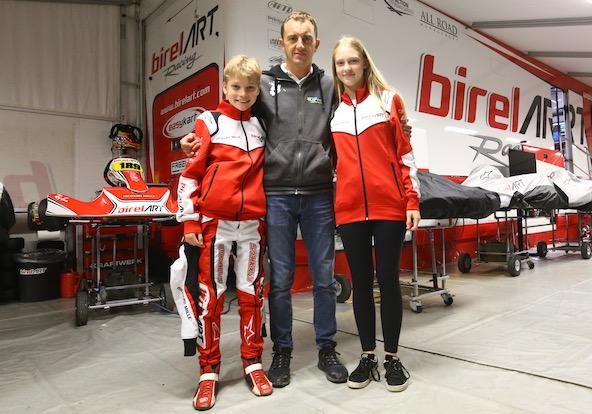 2 nouveaux pilotes Juniors pour le coach Davide Fore, quadruple Champion du Monde. Il s'agit d'Aurélia Nobels et de son frère Ethan qui n'a pas encore fêté ses 12 ans !