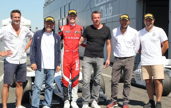 Camille Prouteau avec les responsables du Volant Feed Racing
