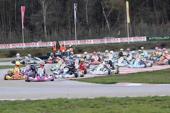 Départ de la finale 2 en Rotax Senior, les Tony Kart de Kimber et Bradshaw sont en perdition. Les locataires de la première ligne font chuter de plus de 10 places, avant de revenir réaliser le doublé en pneus slicks !