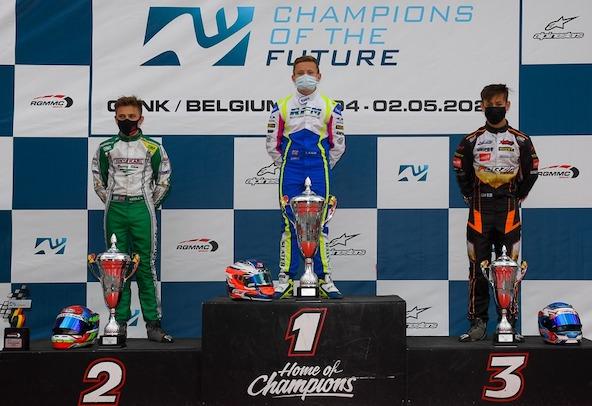 Un Kosmic-Vortex (Slater) du team RFM qui ne reste jamais longtemps sans gagner, devant un Tony Kart-Vortex (Keeble) de l'équipe officielle et un Exprit-TM (Smith) du Forza Racing