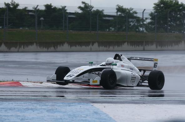 La pluie a mis les jeunes pilotes à rude épreuve