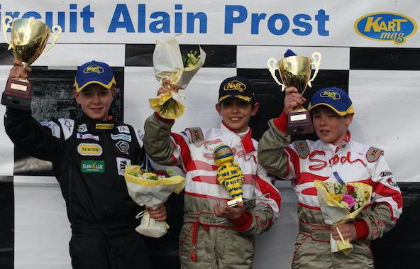 Podium du Trophée Kart Mag avec Esteban Ocon encadré du regretté Anthoine Hubert (à g.) et Rémy Deguffroy.