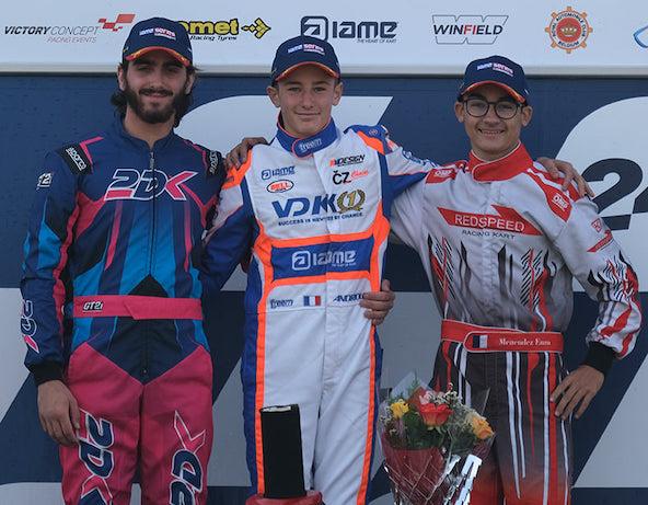 Steven Servant (à g.) et Enzo Menendez autour de Romain Andriolo